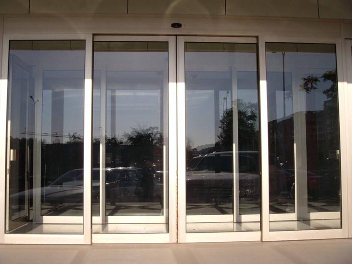 几个应对烟台玻璃门故障的小技巧